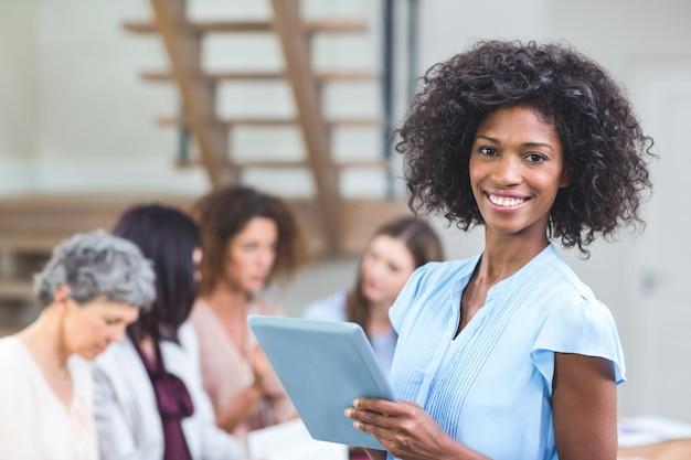 Portret szczęśliwy bizneswoman z cyfrową pastylką