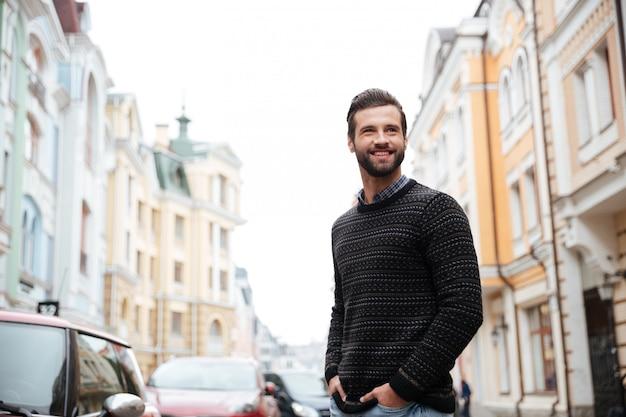 Portret szczęśliwy brodaty mężczyzna w swetrze
