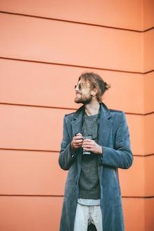 Portret szczęśliwy brodaty mężczyzna