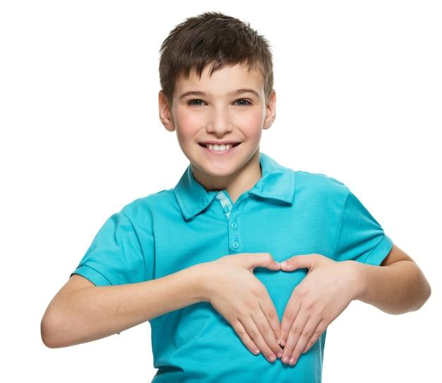 Portret szczęśliwy chłopiec nastolatek w kształcie serca na białym tle