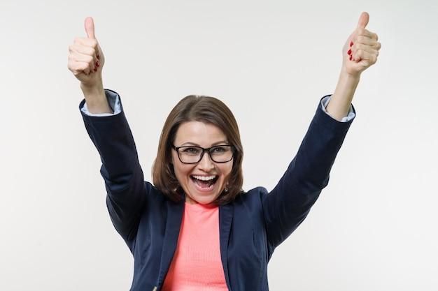 Portret szczęśliwy dojrzały bizneswoman z aprobatami