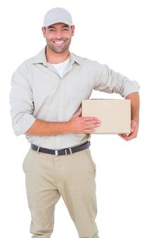 Portret szczęśliwy doręczeniowy mężczyzna z kartonem