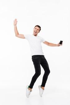 Portret szczęśliwy energiczny mężczyzna