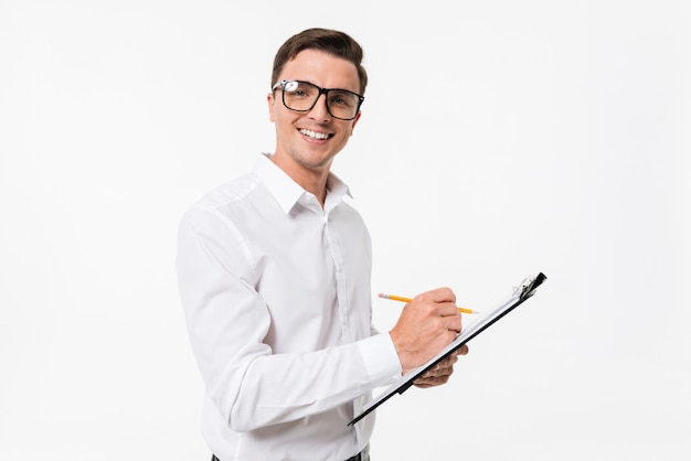 Portret szczęśliwy facet pewność w białej koszuli