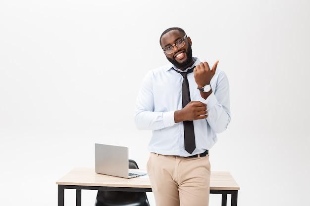 Portret szczęśliwy i atrakcyjny, młody profesjonalny african american biznesmen w biurze.
