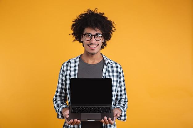 Portret szczęśliwy inteligentny afrykański mężczyzna w okularach