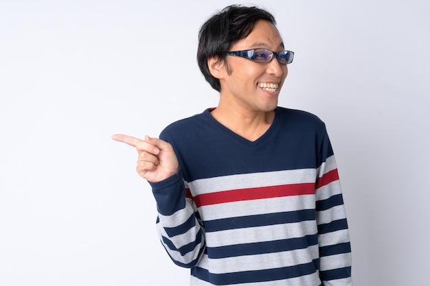 Portret szczęśliwy japończyk śmiejąc się, wskazując palcem