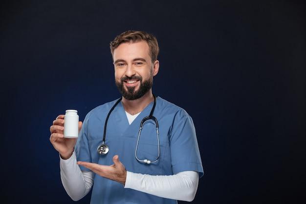 Portret szczęśliwy lekarz mężczyzna ubrany w mundur