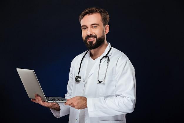 Portret szczęśliwy lekarz mężczyzna