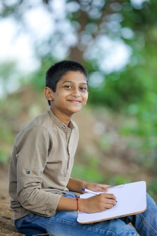 Portret szczęśliwy mały chłopiec indian / azji