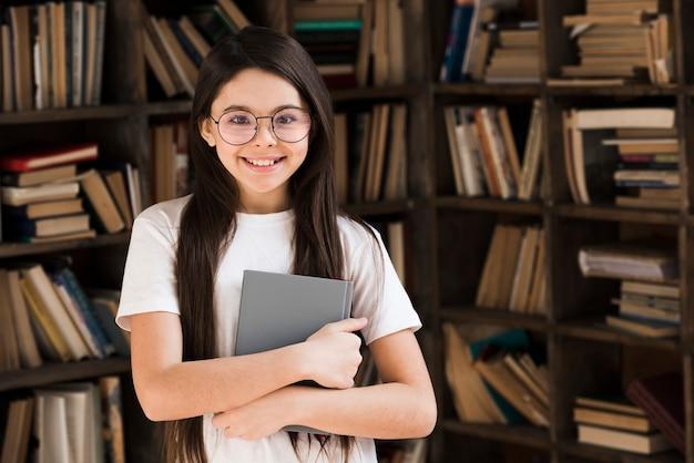 Portret szczęśliwy młodej dziewczyny ono uśmiecha się