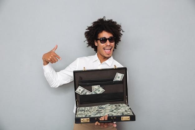 Portret szczęśliwy młody afro amerykański mężczyzna