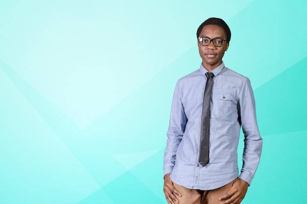 Portret szczęśliwy młody afrykański facet z rękami krzyżować