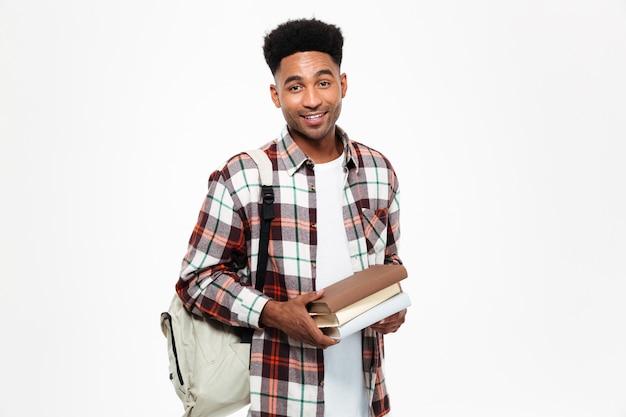 Portret szczęśliwy młody afrykański męski uczeń
