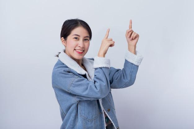 Portret szczęśliwy młody azjatycki damy wskazywać