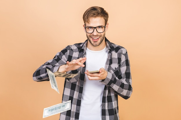 Portret szczęśliwy młody biznesmen wyrzucanie banknotów pieniędzy