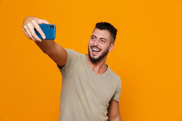 Portret szczęśliwy młody brodaty mężczyzna w koszulce