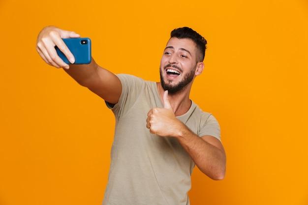 Portret szczęśliwy młody brodaty mężczyzna