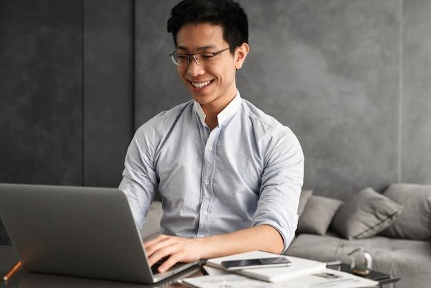 Portret szczęśliwy młody człowiek azji