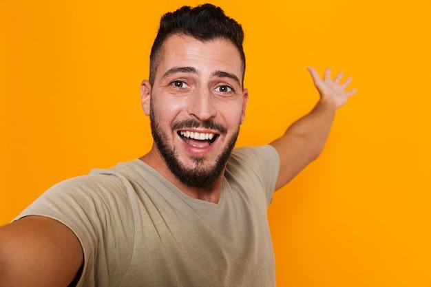 Portret szczęśliwy młody człowiek dorywczo