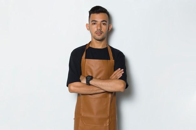 Portret szczęśliwy młody człowiek kelnerka barista na białym tle