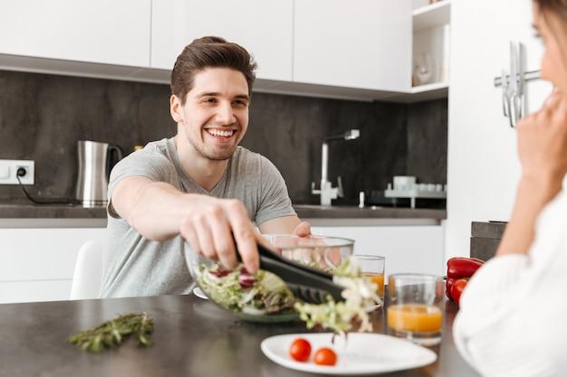 Portret szczęśliwy młody człowiek ma zdrowe śniadanie