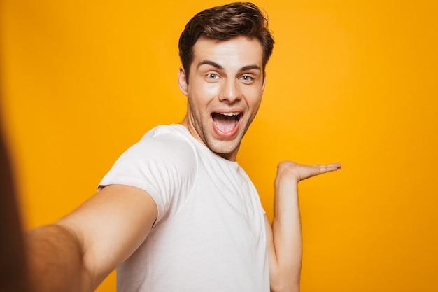 Portret szczęśliwy młody człowiek przy selfie