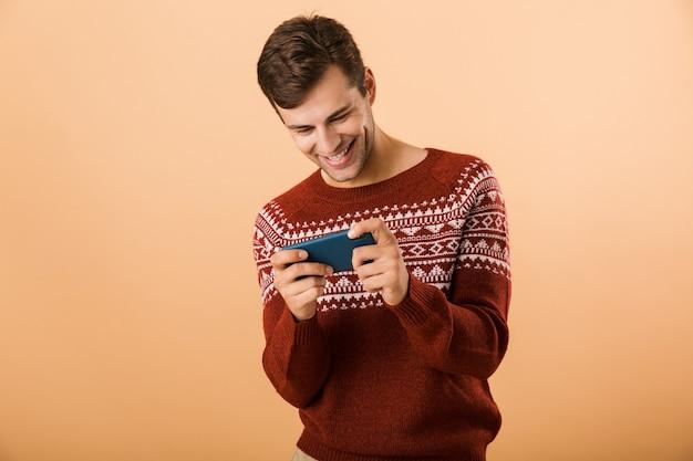 Portret szczęśliwy młody człowiek stojący