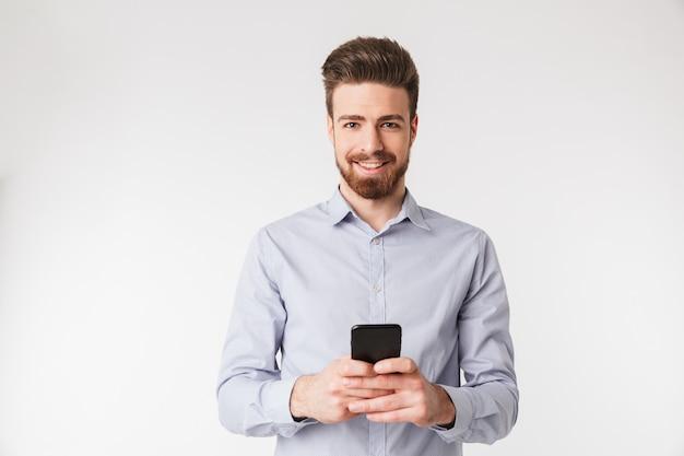 Portret szczęśliwy młody człowiek ubrany w koszulę