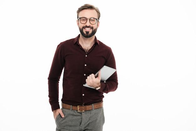 Portret szczęśliwy młody człowiek w okularach