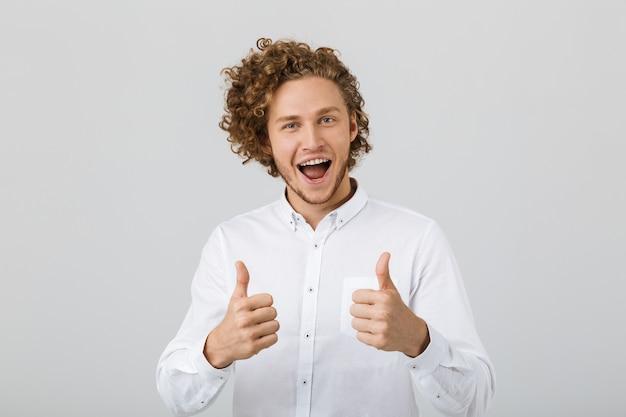 Portret szczęśliwy młody człowiek z kręconymi włosami