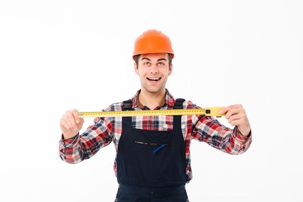Portret szczęśliwy młody męski budowniczy