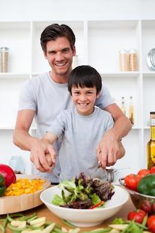 Portret szczęśliwy ojca kucharstwo z jego synem