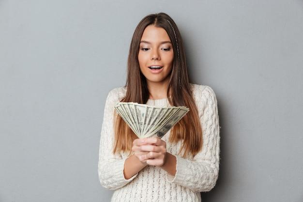Portret szczęśliwy podekscytowana dziewczyna w swetrze