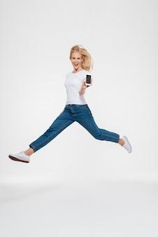 Portret szczęśliwy podekscytowany dorywczo kobiety blondynka