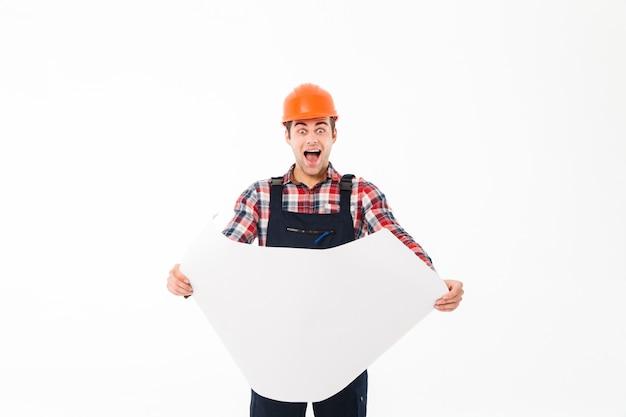 Portret szczęśliwy podekscytowany mężczyzna konstruktora