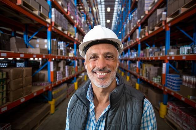 Portret szczęśliwy pracownik uśmiecha się do kamery