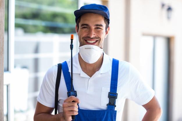 Portret szczęśliwy pracownik z opryskiwacza upraw