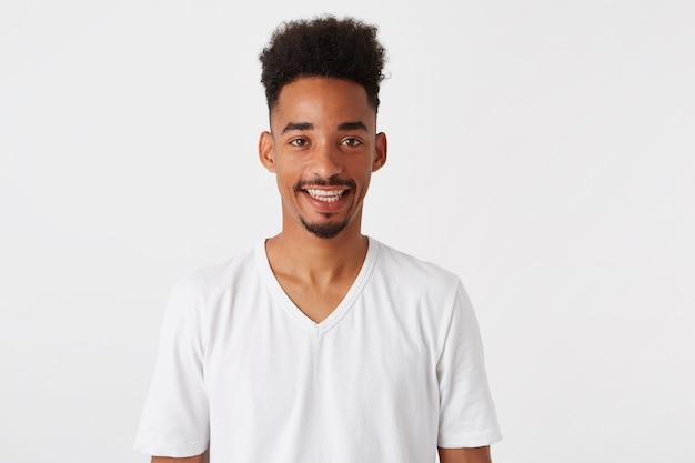 Portret szczęśliwy przystojny afroamerykanin młody człowiek