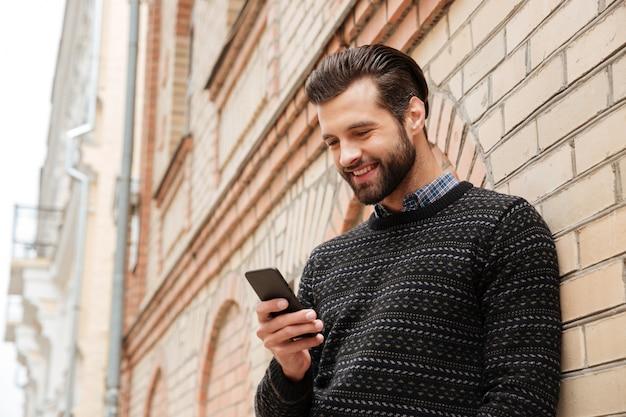 Portret szczęśliwy przystojny mężczyzna w swetrze
