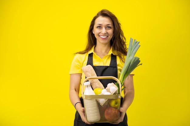 Portret szczęśliwy rolnika z koszem artykułów spożywczych i ekologicznych produktów ekologicznych