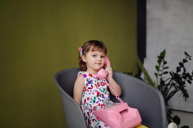 Portret szczęśliwy roześmiany dziecka gira