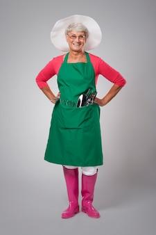 Portret szczęśliwy starszy żeński rolnik