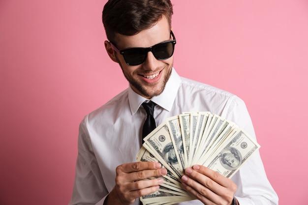 Portret szczęśliwy sukces człowieka w okulary przeciwsłoneczne