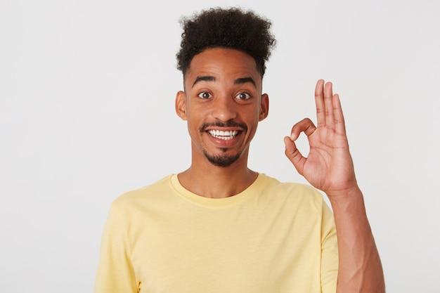 Portret szczęśliwy sukcesy african american młody człowiek