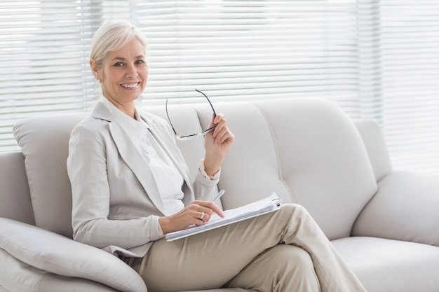 Portret szczęśliwy terapeuta w biurze