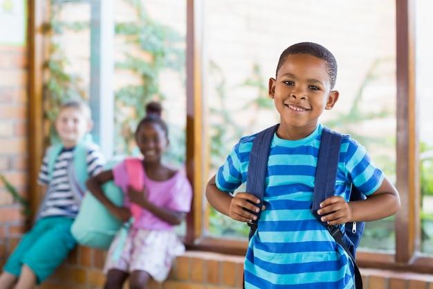Portret szczęśliwy uczniowski ono uśmiecha się