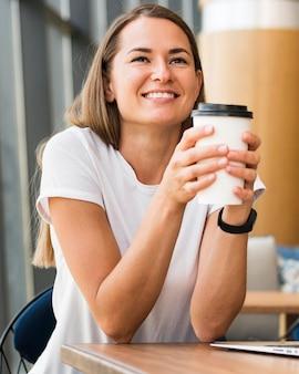 Portret szczęśliwy uśmiechnięta kobieta