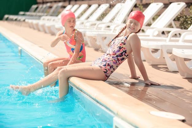 Portret szczęśliwy uśmiechnięte piękne nastolatki na basenie