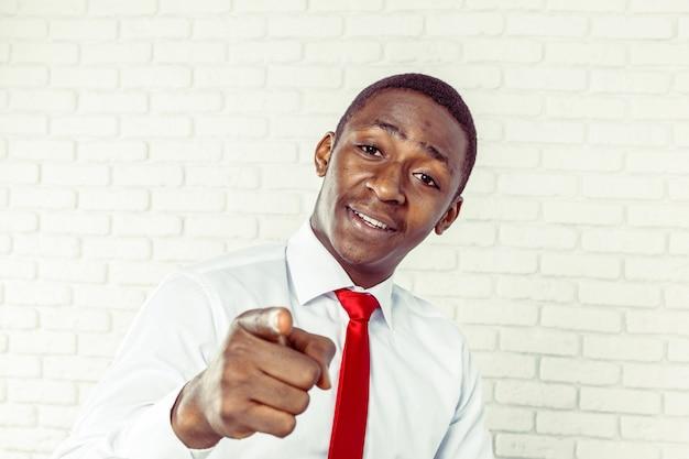 Portret szczęśliwy, uśmiechnięty czarny człowiek biznesu